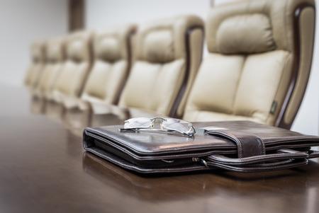 Primer plano de sobre la mesa en la sala de conferencias vacía corporativa antes de la reunión de negocios en la oficina Foto de archivo - 42996952