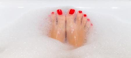 빨간 손톱 복사 공간 스파 욕조에 몸을 담근와 발 스톡 콘텐츠