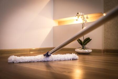 Moderne witte mop schoonmaken van houten vloer in huis Stockfoto - 43024392