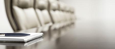 Close-up van Kladblok gehouden op tafel in de lege zaal Stockfoto