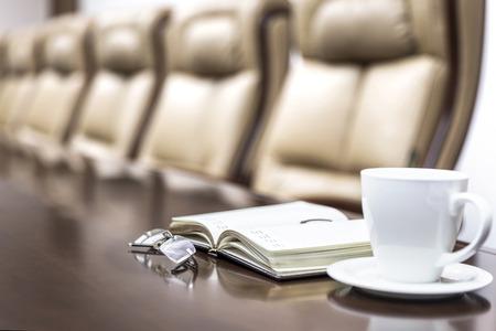 オフィスでの会議の前に会議室のビジネス ペーパー