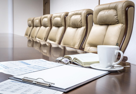 sala de reuniones: Documentos empresariales en la sala de conferencias antes de la reuni�n en la oficina
