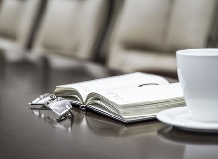 document management: Documentos empresariales en la sala de conferencias antes de la reuni�n en la oficina