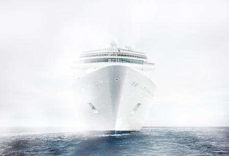 霧の中での船をクルーズします。 写真素材