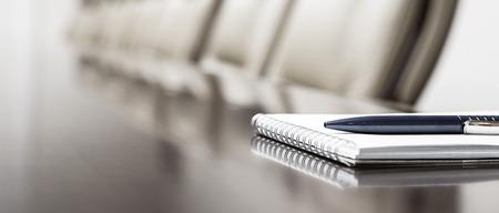 Nahaufnahme der Notizblock gehalten auf Tabelle im leeren Konferenzraum Standard-Bild