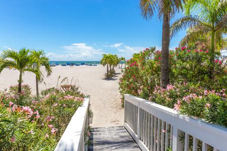 playas tropicales: Paseo marítimo en la playa en St. Pete, Florida, EE.UU. Foto de archivo