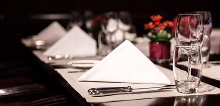 豪華なレストランで素晴らしいテーブル設定