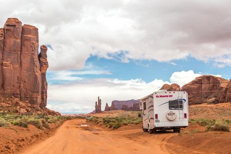 Motorhome on the road in Monument Valley, Utah, USA Redactioneel