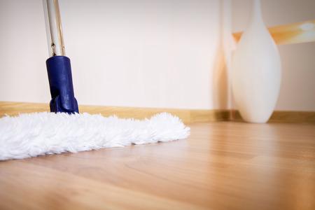 limpieza  del hogar: Fregona blanca moderna limpiar el suelo de madera del polvo Foto de archivo