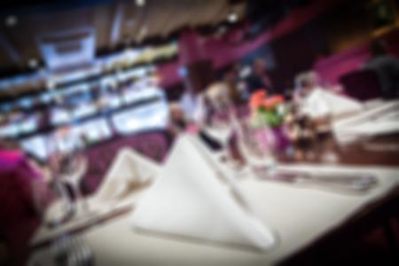 diner romantique: Réglage de la belle table dans un restaurant de luxe, Arrière-plan flou