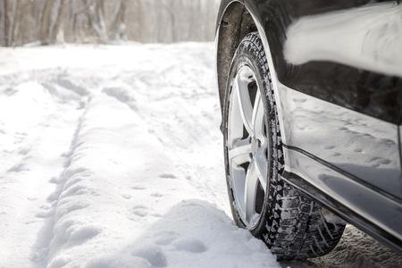 冬に多くの雪の林道に SUV 車の運転 写真素材