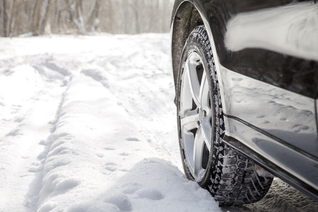 Rijden SUV auto in de winter op het bos weg met veel sneeuw Stockfoto