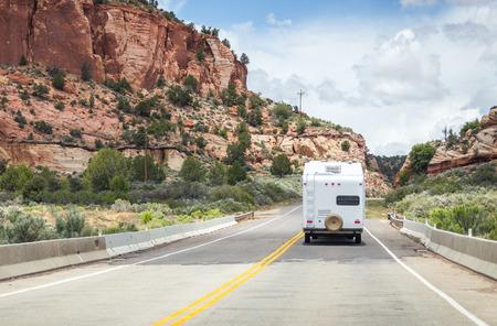Camper op de weg naar Bryce canyon Stockfoto