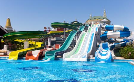 ANTALIA, TURKIJE - 11 mei 2014: De kleurrijke waterpark buizen en een zwembad in Delphin Imperial hotel op 11 mei 2014 in Antalya. Redactioneel