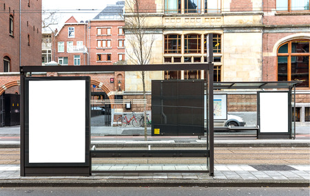 parada de autobus: Cartelera en blanco en una carretera en la ciudad europea
