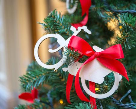 Kerstboom met decoratie fiets