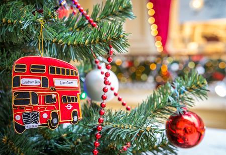 Decoratie van de kerstboom met Britse rode bus