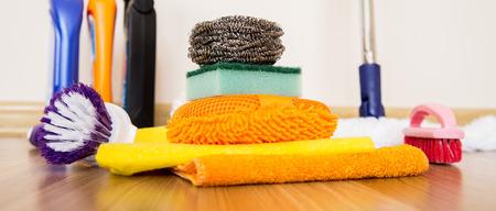 set reinigingsapparatuur op een houten vloer Stockfoto