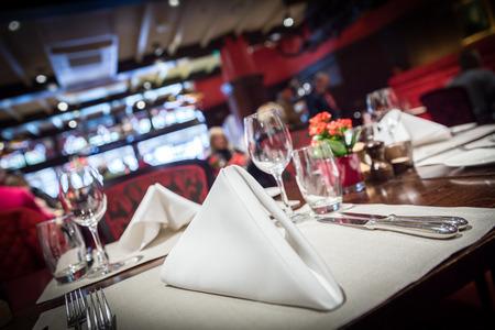 místo: Jemné prostírání v luxusní restauraci Reklamní fotografie