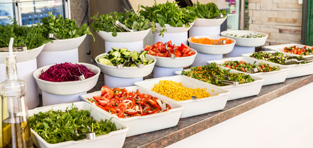 ensalada tomate: Variedad de ensaladas frescas en un buffet Foto de archivo