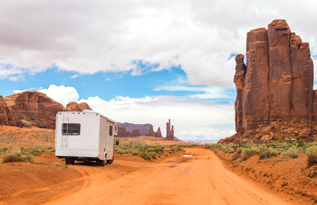 Motorhome on the road in Monument Valley, Utah, USA 版權商用圖片