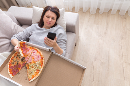 woman eating pizza image taken from above Stockfoto