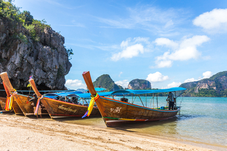 PHANG NGA BAY, THAILAND 10 JANUARY, 2018: Long Tail Boat, tradit 新闻类图片