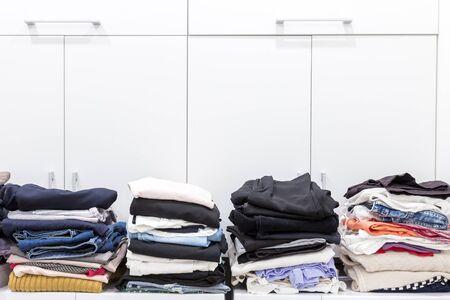 Des piles de vêtements propres dans la buanderie
