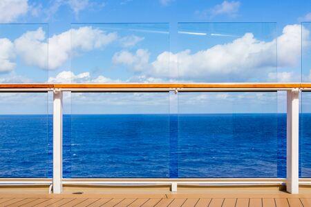 Cubierta y barandilla de crucero con vista al mar
