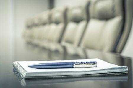 Concept d'entreprise avec ordre du jour et stylo avant la réunion. ton vintage