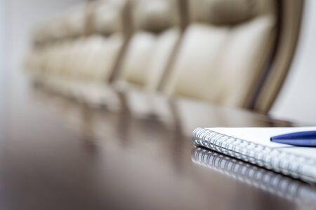 Concepto de negocio con agenda de papel y bolígrafo. tono vintage