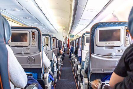 Innenraum des Flugzeugs mit Passagieren auf Sitzen während des Fluges