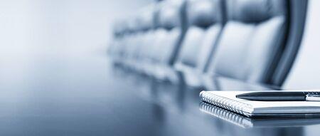 Kladblok op een tafel met pen voor vergadering, blauwe toon, bedrijfsconcept met kopieerruimte Stockfoto