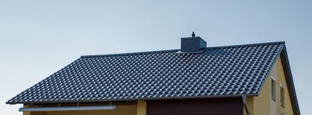 roof of a house with black tiles Reklamní fotografie