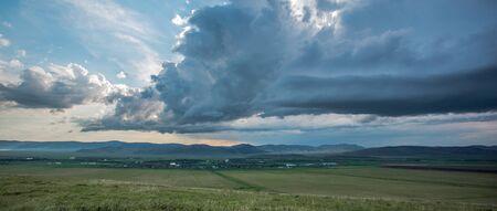 Das Dorf in Sibirien. Donnerwolken am Himmel