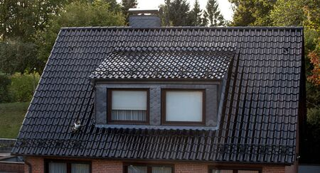 el techo de la casa con linda ventana