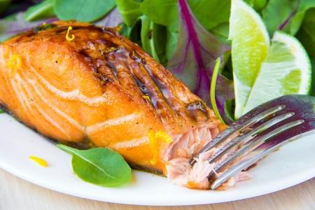 Saumon grillé et salade rouge avec des feuilles vertes de laitue et les épinards, savoureux plat