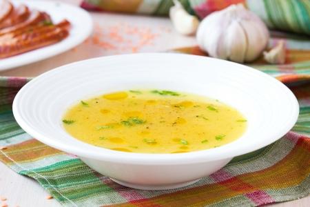sopa de pollo: Sopa crema de lentejas rojas con carne ahumada, pato, pollo, ajo, plato oriental dietética con especias