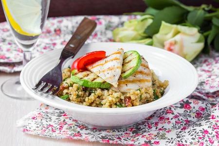 ensalada verde: Bulgur con verduras y pollo a la parrilla, saludable, dieta plato sabroso verano Foto de archivo
