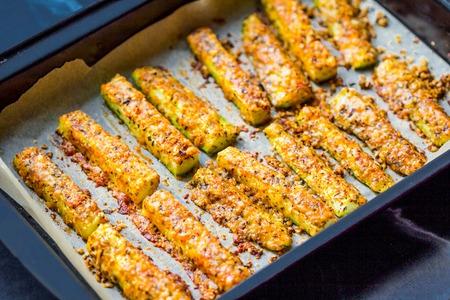 Queso empanado calabacines fritos con crema agria, primavera, verano, sabroso