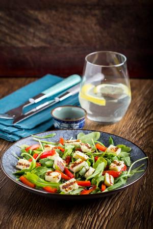 Salade au fromage grillé, aux épinards, aux tomates, au poivre, au paprika, délicieux plat de régime pour le déjeuner Banque d'images - 90612897