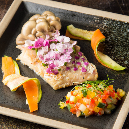 Fried white fish fillet with flowers, vegetables, mushrooms and tartare. Beautiful restaurant serving, elegant food Stockfoto