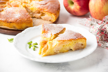 Apple pie with powdered sugar, classic Charlotte, biscuit dough. Golden brown, homemade food Stok Fotoğraf - 121754791