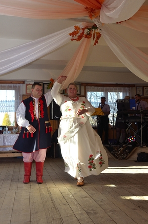 highlander: novia y el novio bailando en la boda del monta��s