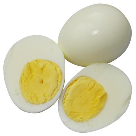 Huevos duros en rodajas a la mitad, aislados en fondo blanco
