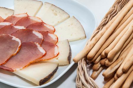gressins: Assiette de fromage et longe de porc et de b�tons dans un panier