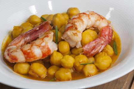 gamba: plato de garbanzos con gambas al curry