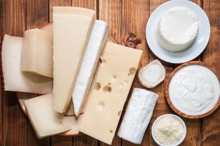 queso: Varios quesos en una tabla de madera