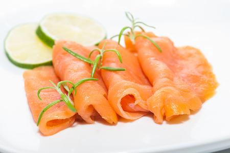 salmon ahumado: filete de salmón ahumado con tomillo y limón