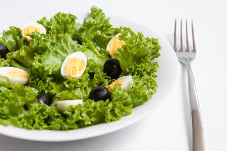huevos de codorniz: Ensalada con aceitunas negras y huevos de codorniz Foto de archivo